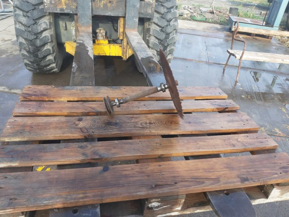 Osovina sa lezaima i pilom  za  drva  prodajem  ili  mjenjam