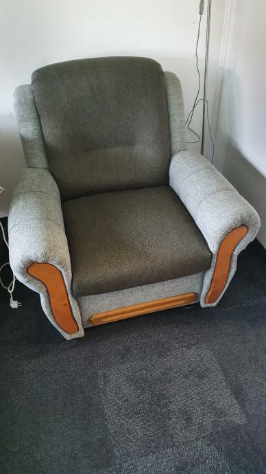 Prodajem sjedeću garnituru (trosjed, dvosjed i fotelja)