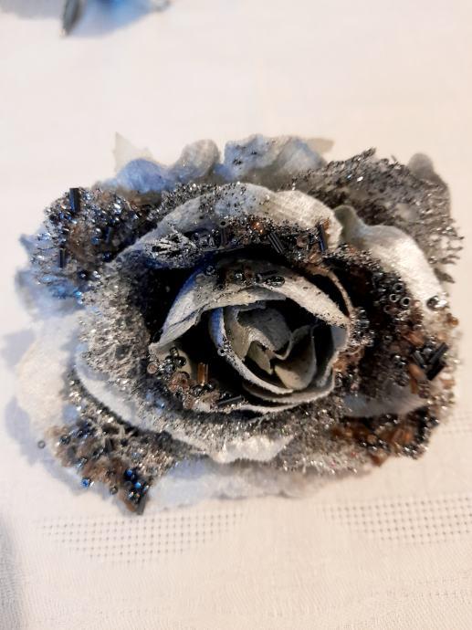 6 sivih ruža s perlama