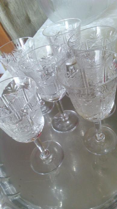 Kristalne čaše na stalku