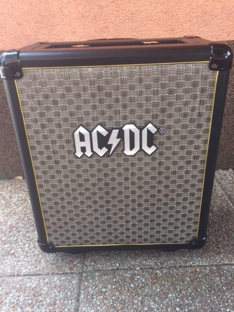 AC/DC TNT-3 prijenosni razglas na bateriju.