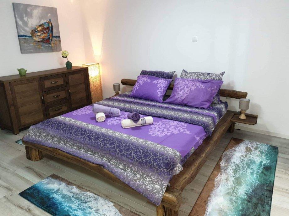 Rustikalni kreveti i vrtne ljuljačke od starih hrastovih greda