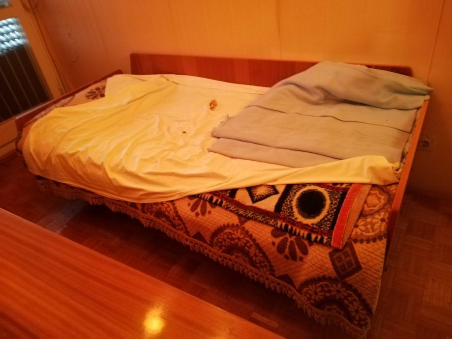 Stari krevet i stolica