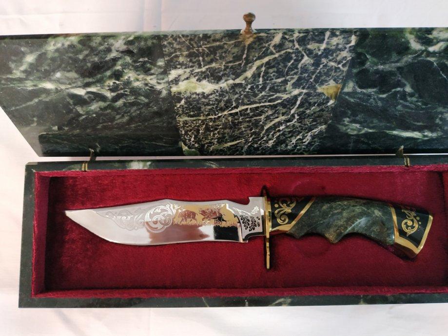 lovački nož u kutiji