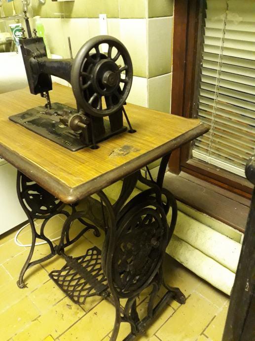 Stara šivaća mašina Singer