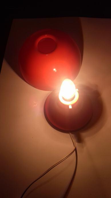 Meblo Harvey Guzzini mod Nule, des Luigi Massoni stolna lampa broj 2