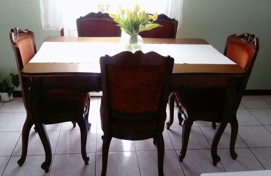 Stol, stolice i vitrina