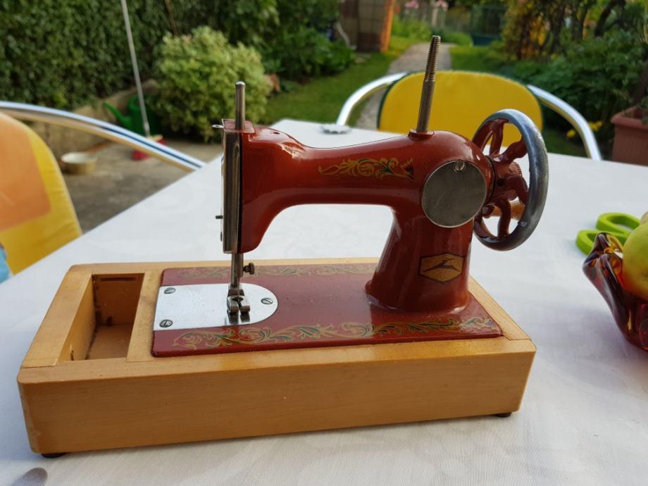 Mala Ruska šivača mašina raritet za sakupljače