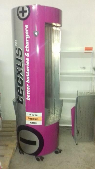 Izložbeni stalak u obliku velike baterije