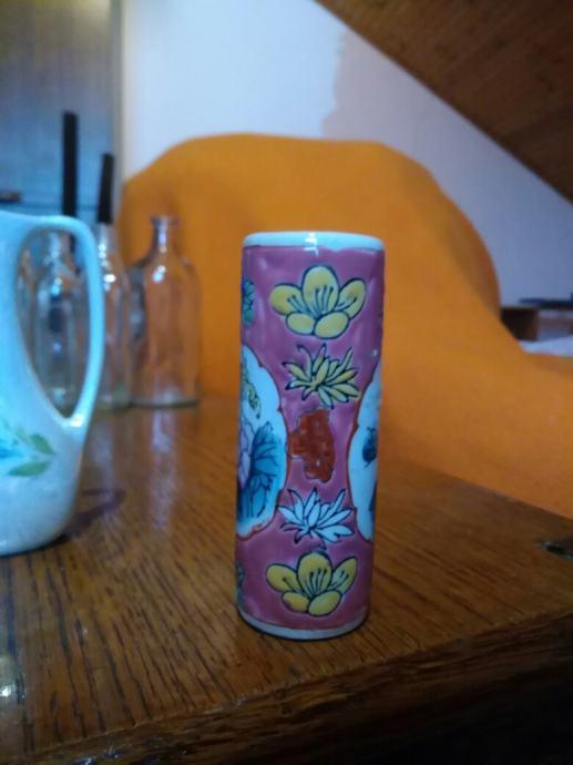 porculanska vaza,mala,lijepih boja,jednostavna,,a privlacna
