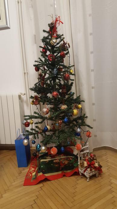Božićno drvce s ukrasima i rasvjetom