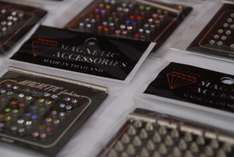 naušnice na magnet lot 336 kom . štand , nakit akcija , veleprodaja