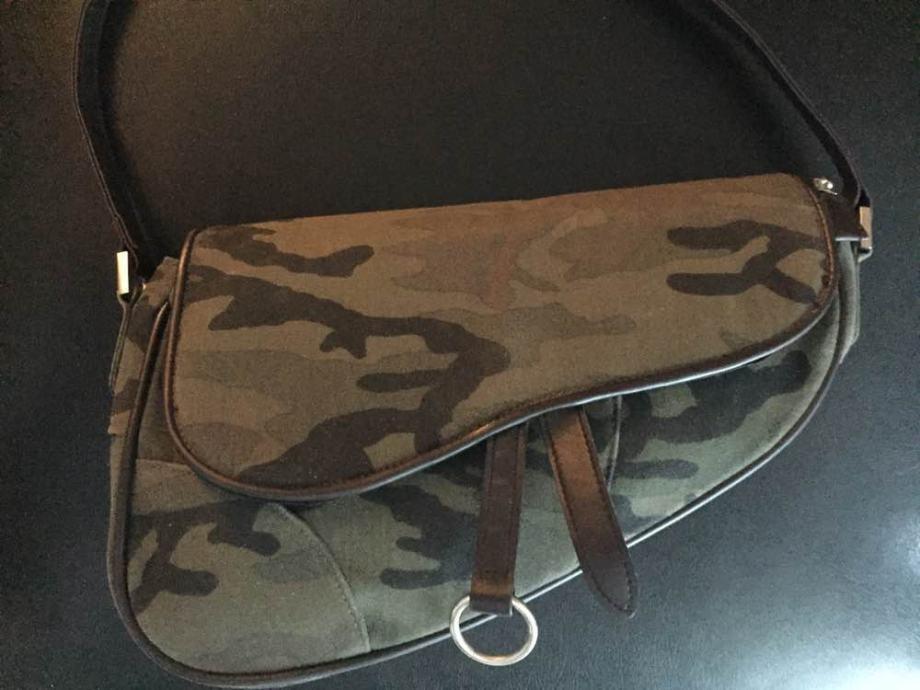 Efektna torbica military style na ručku